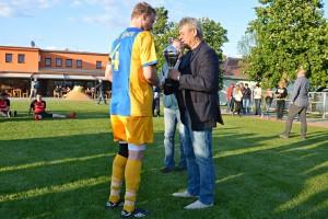 Předseda VV p. Zycháček předává pohár kapitánovi vítězi Okresního poháru 2016-2017 AFK Tišnov